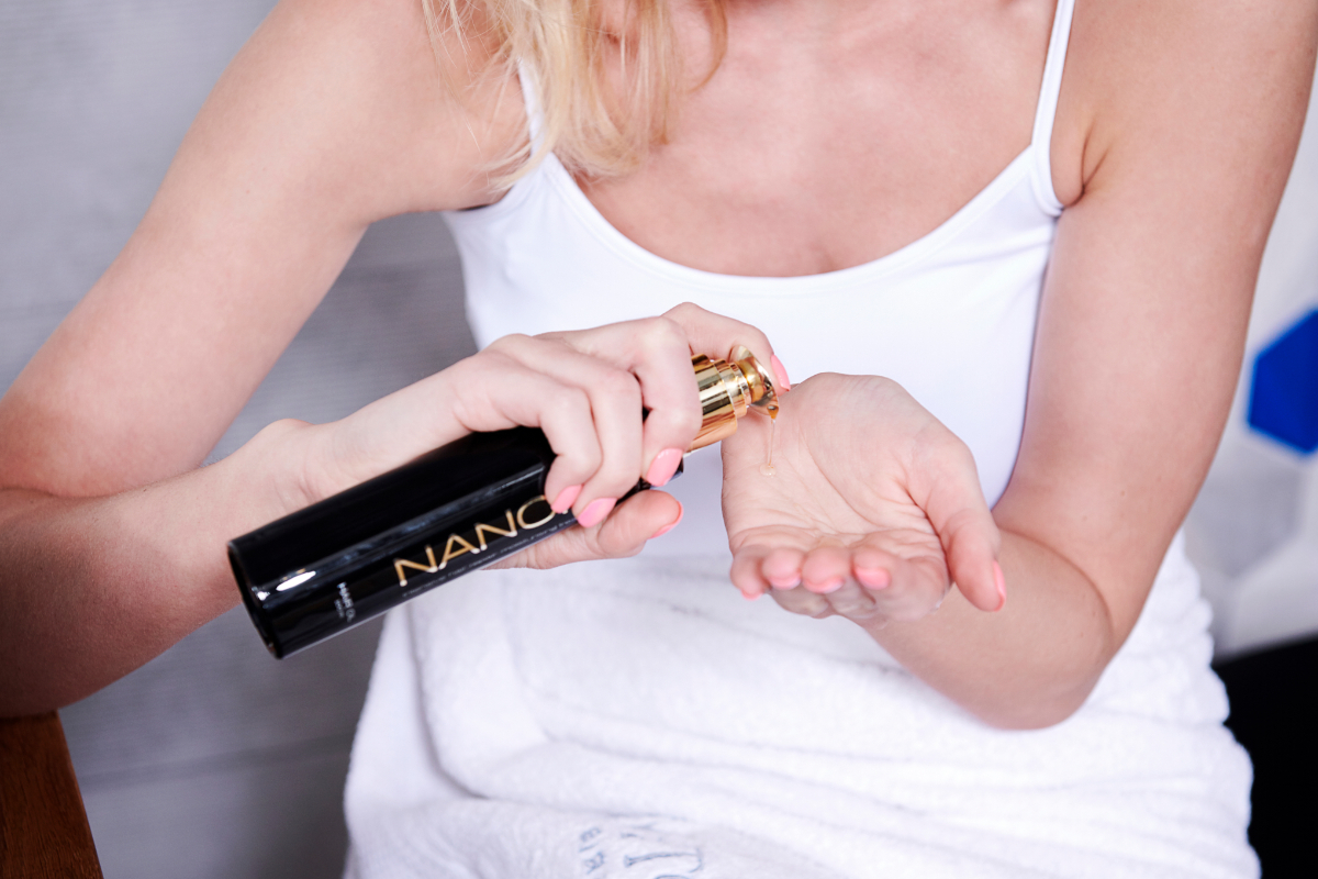 L'olio per capelli Nanoil e leggero, immediatamente assorbito, non unge e non sovraccarica